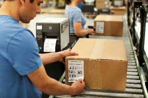 Процесс нанесения стикеровки на товар